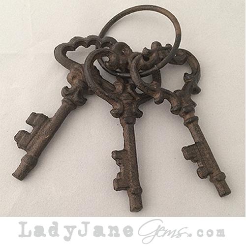 New vintage metal old keys on circular key ring lady for Classic house keys samplephonics