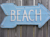 A beautiful picture of another day in paradise, a sign to the beach!