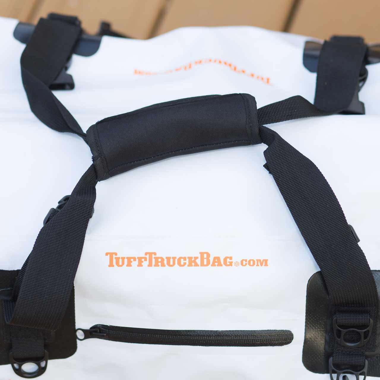 Top view of the handle and grip to fasten and carry the bag
