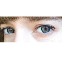 Bright blue eyes with Geo Twins (Cherry Holic) YH301 colored contact lenses.