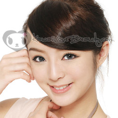 Geo OL-105 Ash Wing Grey 14.2mm circle lenses on model.