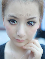 Violet circle lenses (Dolly Eye Sugar Candy) on model