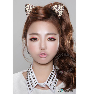 Geolica Holicat Barbie Cat Hazel circle lenses / colored contacts on model.