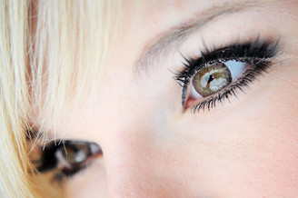 Dolly eyes with EOS Briller Brown circle lenses.