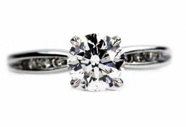Classic Round Dimond Engagement Ring
