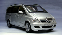 DEALER EDITION 1/18 MERCEDES-BENZ VIANO (SILVER) DIECAST MODEL