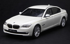 KYOSHO 1/18 BMW 760Li (F02) (WHITE) DIECAST CAR MODEL