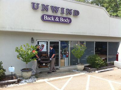 Personal de entrega de Unwind cargando el hermoso sillón reclinable Stressless de un cliente