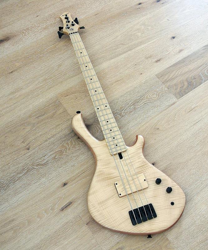 MENSINGER Cazpar 4p - Short Scale Bass - Flame Maple Top