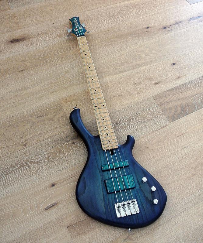 MENSINGER Cazpar 4p - Short Scale Bass - Blue Burst Finish