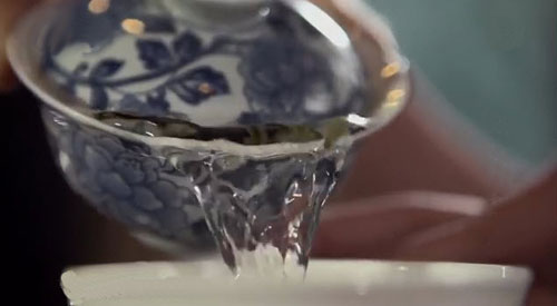 lid-on-gaiwan-when-pouring.jpg