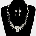 Necklace set of pearls.
