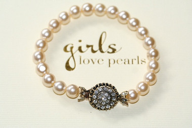 Jemma vintage detailed clasp on pearl bracelet 2