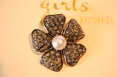 Gorgeous Pearl brooch in a vintage gold style setting,
