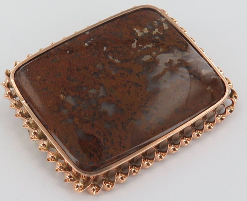 LARGE 14CT GOLD & SWIRL BROWN AGATE BROOCH WEIGHS 15.7 GRAMS.