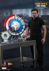 Hot Toys – MMS273 – Iron Man 2: 1/6th scale Tony Stark with Arc Reactor Creation Accessories Collectible Set