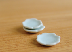 Dollhouse Miniature Plate in Small Scalloped, Ceramic - 1/12 scale
