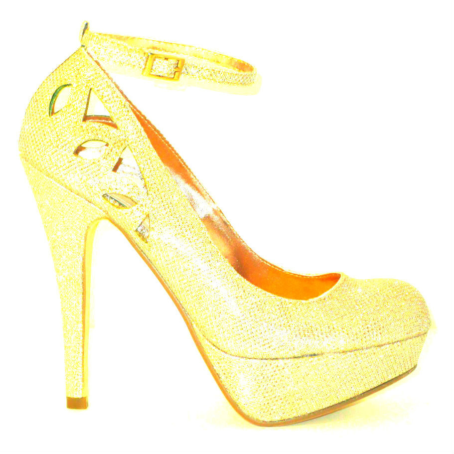 The Lana2 in gold is the perfect pump for a night out on the town, a cocktail reception or a special occasion.