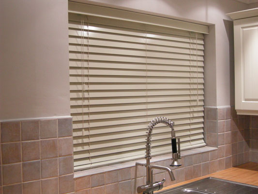8 kitchen window treatment ideas 3 step blinds for Kitchen blinds ideas