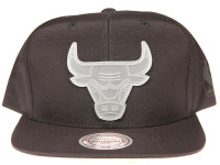 Chicago Bulls Clear Logo Mitchell & Ness NBA Black Nylon Snapback Hat