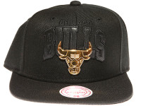 Chicago Bulls Gold Badge Logo Mitchell & Ness NBA Black Snapback Hat