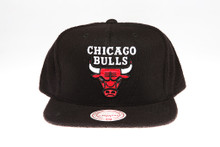 Chciago Bulls Logo Black Flannel Mitchell & Ness Snapback Hat