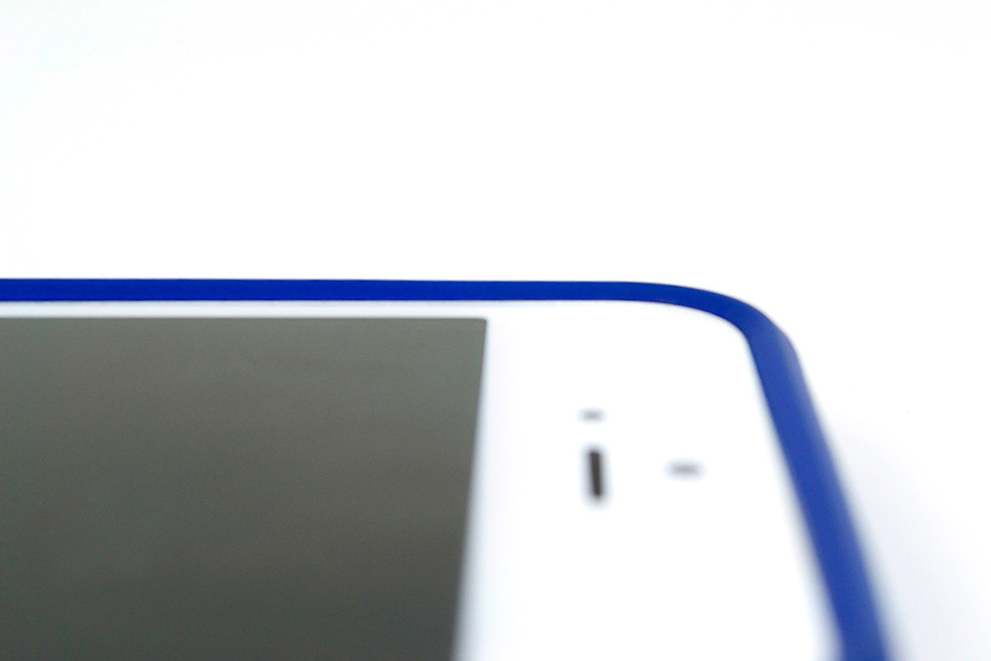 SlimClip Case has a carefully designed beveled front rim to protect the front screen