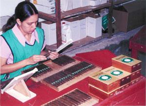 lady-packing-each-cigar-in-.jpg