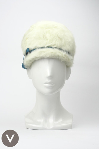 fcdac825919 Vintage 1940s white fur Schiaparelli cloche hat with turquoise bow ...