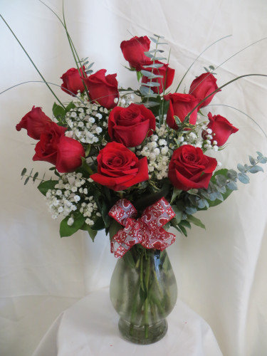 Our Deluxe Dozen Red Roses by Enchanted Florist are our most popular style of red roses for delivery. This is our most popular and best value for one dozen red roses. The freshest premium red roses will be hand designed in our upgraded Bella vase, with popular baby's breath, and upgraded premium greenery. Our flower shop offers Houston delivery. RM375