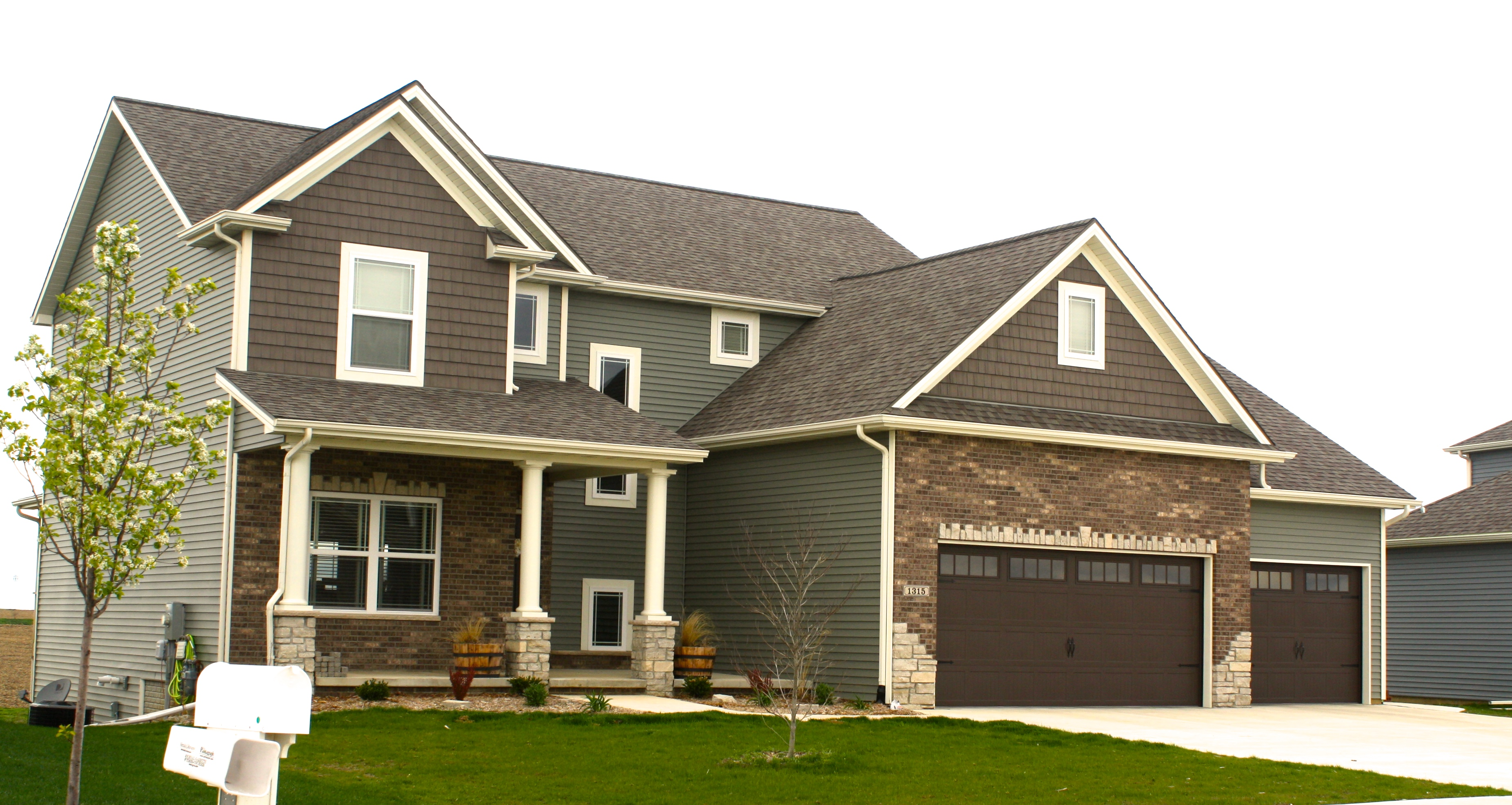 mastic-quiet-willow-siding-ct-northwoods-722-shake-in-sable-cameo-trim-landmark-weatheredwood-shingles-bloomington-il-the-groves.jpg