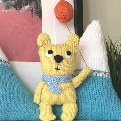 Cheerful teddy with balloon knitting kit