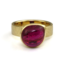 Pink tourmaline cabochon ring by Liaung-Chung Yen | 18 Karat yellow gold