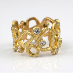 Stone Pathway Ring by Liaung-Chung Yen | 18 Karat yellow gold and diamonds