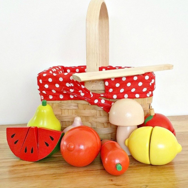 wooden-toy-fruit-vegtable-set-in-wicker-basket-egmont-toy