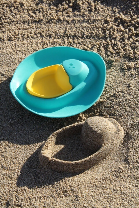 quut-sloop-bath-beach-toy-boat-on-neach