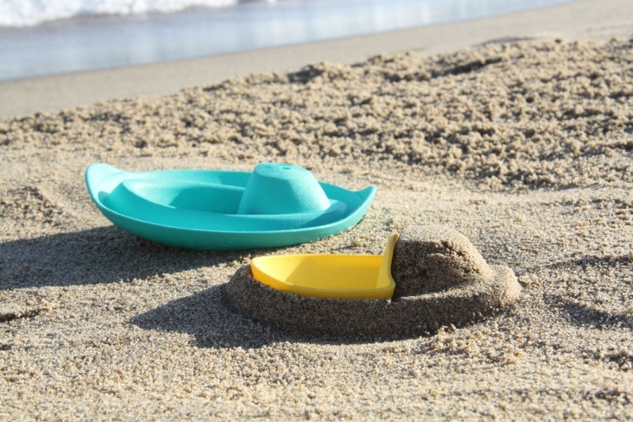 quut-sloop-bath-beach-toy-boat-sand