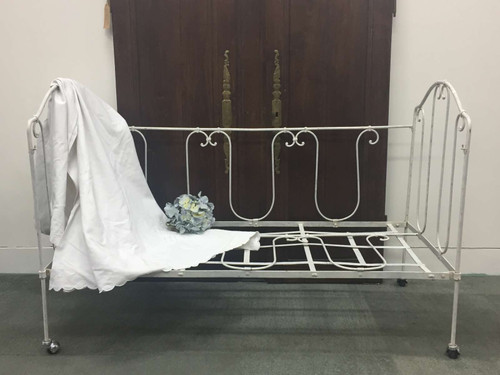A Vintage French Wrought Iron Day Bed - Lday