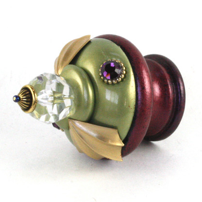 Finial Birdie in Jade and Garnet with gold metal details and amethyst crystals