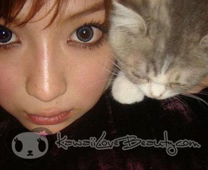 Model photo, Geo CM-835 Angel Grey 14.2mm colored contacts.