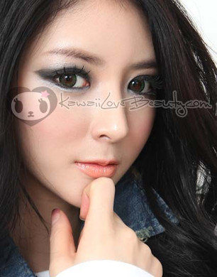 Model photo, Geo BS-203 Bella Green 14.2mm colored contacts.