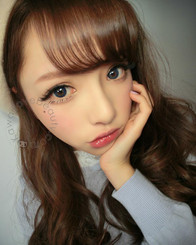 Geo Berry Holic CM952 Sapphire Blue colored contacts on model.