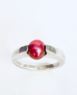 Sterling silvr ring with round magenta Pearl - size 7