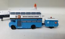 SC228 | Sky Classics Airport Vehicles 1:200 | Routemaster Bus BEA British European Airways 'Red Square' (with trailer)