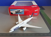 519069-003 | Herpa Wings 1:500 | Boeing 787-8 LOT Polish Airlines SP-LRC | is due: December 2015