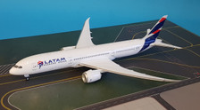 PH20146 | Phoenix 1:200 | Boeing 787-9 LATAM CC-BGK (with stand)