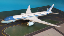B-USAF-789-02P | Blue Box 1:200 | Boeing 787-9 USAF Air Force One 78000, 'Make America Great Again' (polished, with stand)