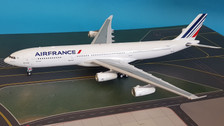 WB343AF001 | Blue Box 1:200 | Airbus A340-300 Air France F-GLZJ (with stand)