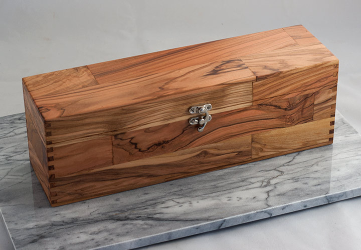 Olive wood wine gift box closed
