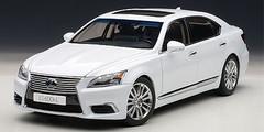 AUTOART SIGNATURE 1/18 LEXUS LS LS600HL (WHITE PEARL) CAR MODEL